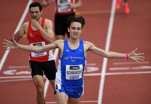 Oskar Schwarzer ist mit seinem 800-Meter-Coup der Überraschungs-Mann der deutschen Hallen-Meisterschaften in Dortmund. Homiyu Tesfaye (Silber über 1500 Meter) und Gianluca Puglisi (Dritter im Weitsprung) komplettieren den Medaillensatz für den HLV